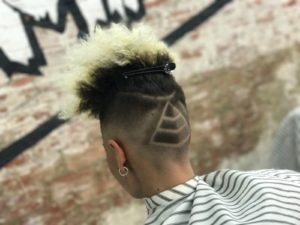 corte de cabello con dibujo en barbaman